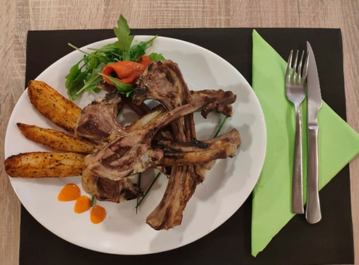 uranis restaurant cami c1 costillas con ensalada